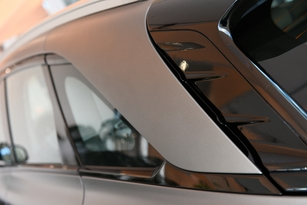 Détail esthétique et aérodynamique, le montant arrière flottant.