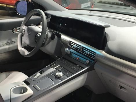 Avec ses deux écrans, la planche de bord de la Nexo est très proche de celles de chez Mercedes.