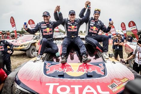 Carlos Sainz et Peugeot gagnent (encore) le Dakar avec le 3008 DKR maxi