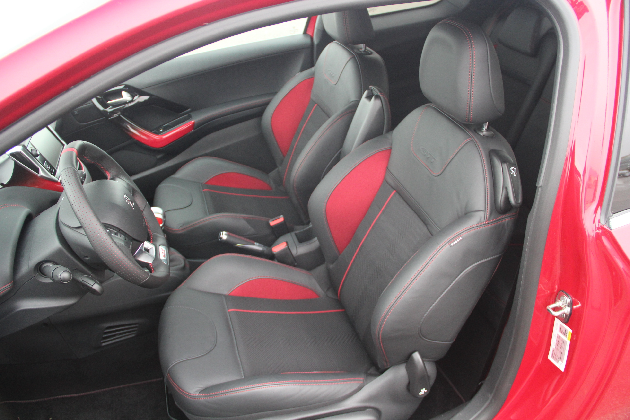 essai vid o peugeot 208 gti elle a bouff du lion. Black Bedroom Furniture Sets. Home Design Ideas