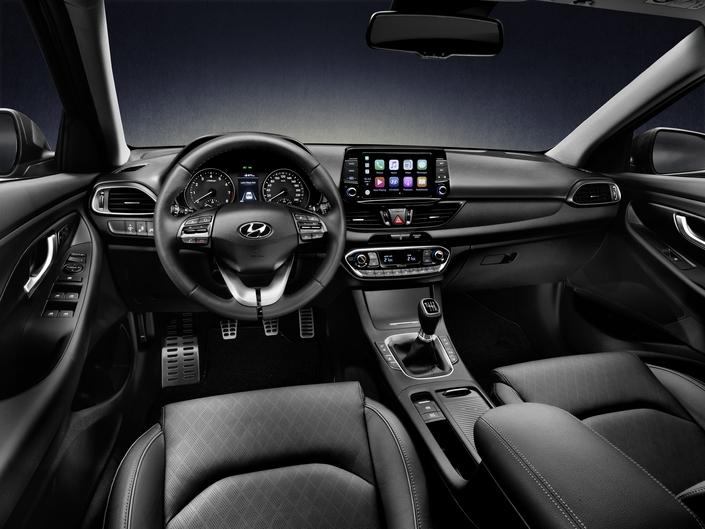 La planche de bord est identique à celle de l'i30 5 portes. L'auto peut recevoir toutes sortes d'équipements d'aide à la conduite.