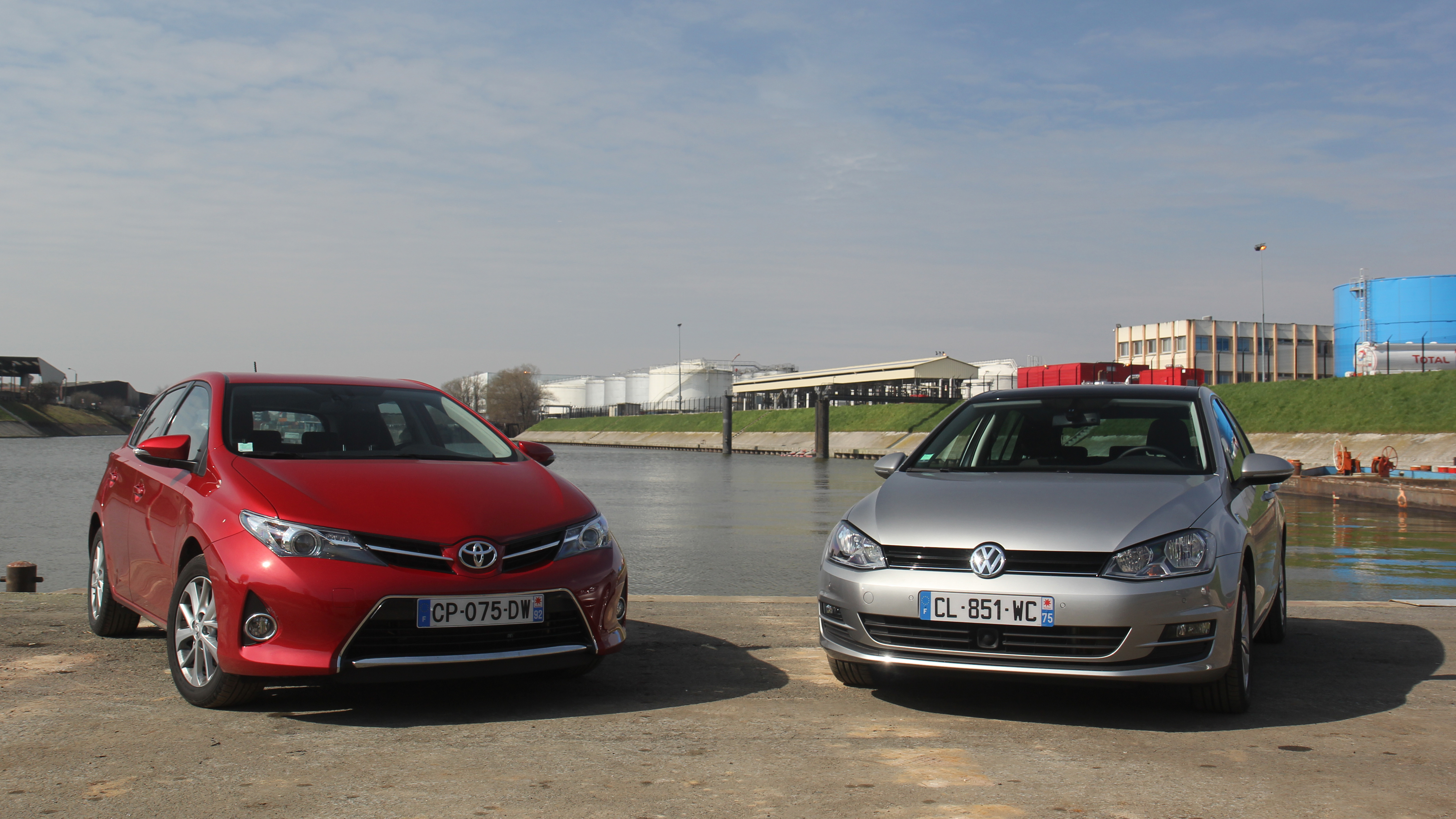 comparatif vid o volkswagen golf vs toyota auris une place sur le tr ne. Black Bedroom Furniture Sets. Home Design Ideas