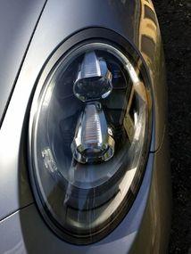 Les phares bi-xénon sont fournis d'office. On reconnaît la nouvelle 911 à ses feux de jour à quatre points.