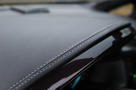 La planche de bord est revêtue d'un cuir de bonne qualité.