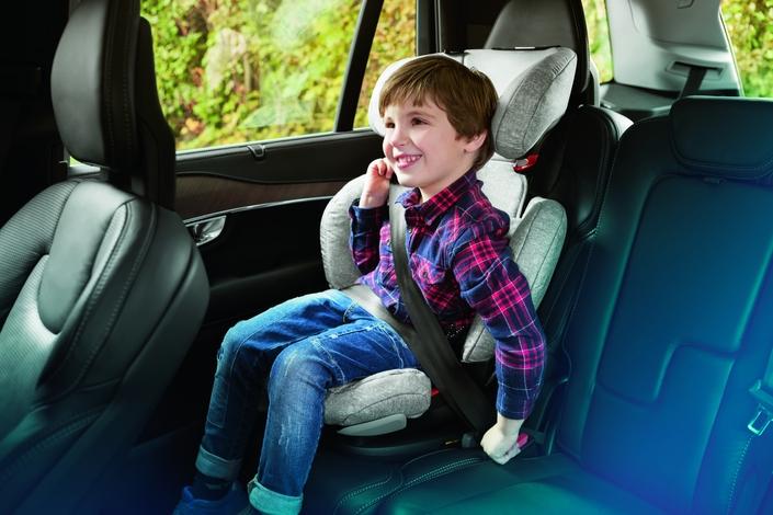 Le siège auto RodiFix AirProtect®de Bébé Confort est adapté pour les enfants de 3,5 ans à 12 ans. Sécuritaire, il est équipé de 2 pinces Isofix pour une très grande stabilité. Sa têtière est dotée de coussins Air Protect qui agissent comme des airbags autour de la tête de l'enfant (brevet Bébé Confort). Confortable, le siège auto RodiFix AirProtect est inclinable et réglable en hauteur.