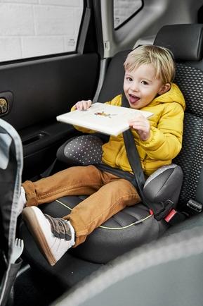 Universel, le rehausseur Simplysit Vert Baudet, groupe 2 /3, s'installe en quelques secondes dans tout type de véhicule. Compact et léger, il accueille l'enfant de 3 à 10 ans. En voiture, il se place toujours à l'arrière, face à la route, avec la ceinture 3 points du véhicule.