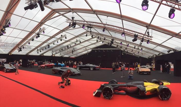 Des véhicules spectaculaires s'exposent jusqu'à dimanche aux Invalides. Au premier plan, le concept Renault R.S.2027 préfigurant la monoplace de demain.