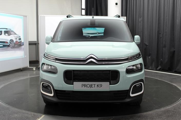 La face avant est similaire aux autres modèles Citroën.