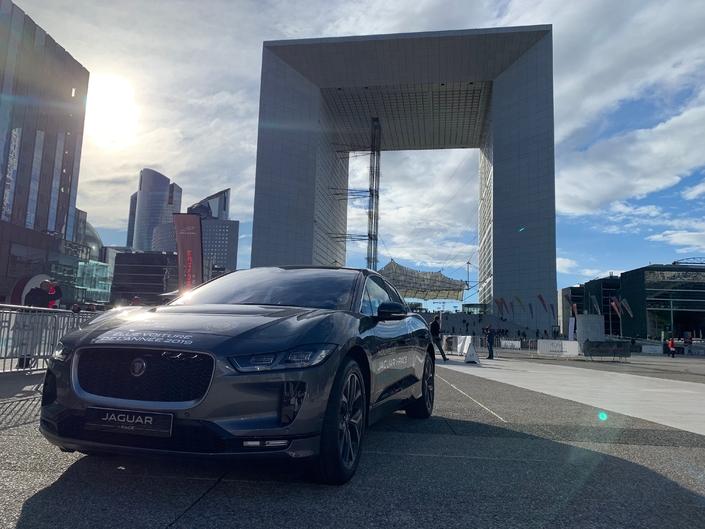 La Jaguar I-Pace électrise La Défense (Reportage vidéo)