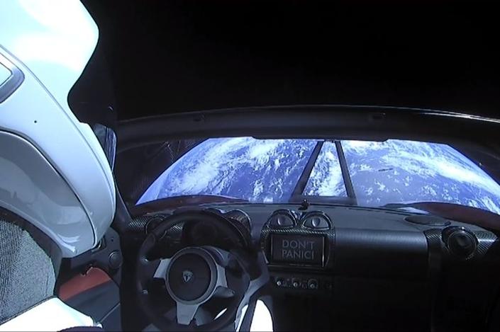 Les images incroyables de la Tesla Roadster dans l'espace