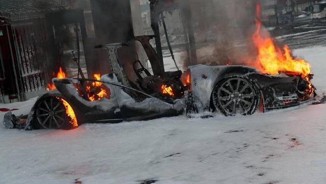 Une Tesla Model S prend feu pendant une recharge sur un supercharger en Norvège