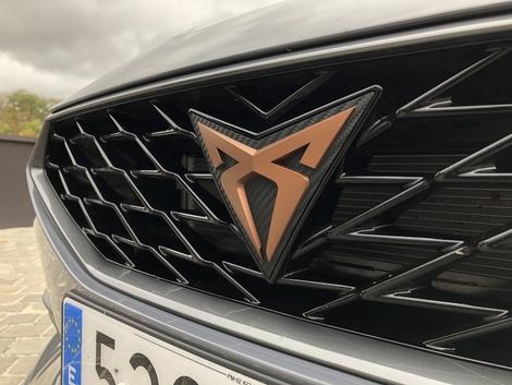 Le logo Cupra en cuivre fait son arrivée sur la calandre de la Leon.