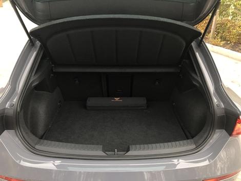 Le volume du coffre tombe à 270 litres avec l'arrivée des batteries. Il est plus petit que celui d'une Clio.