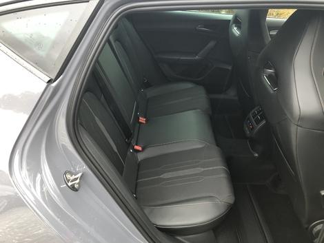 Deux grands adultes voyageront confortablement sur les sièges arrière.