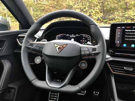 Le volant Cupra Sport avec les boutons de réglage de démarrage et de conduite est facturé 700 € en option.