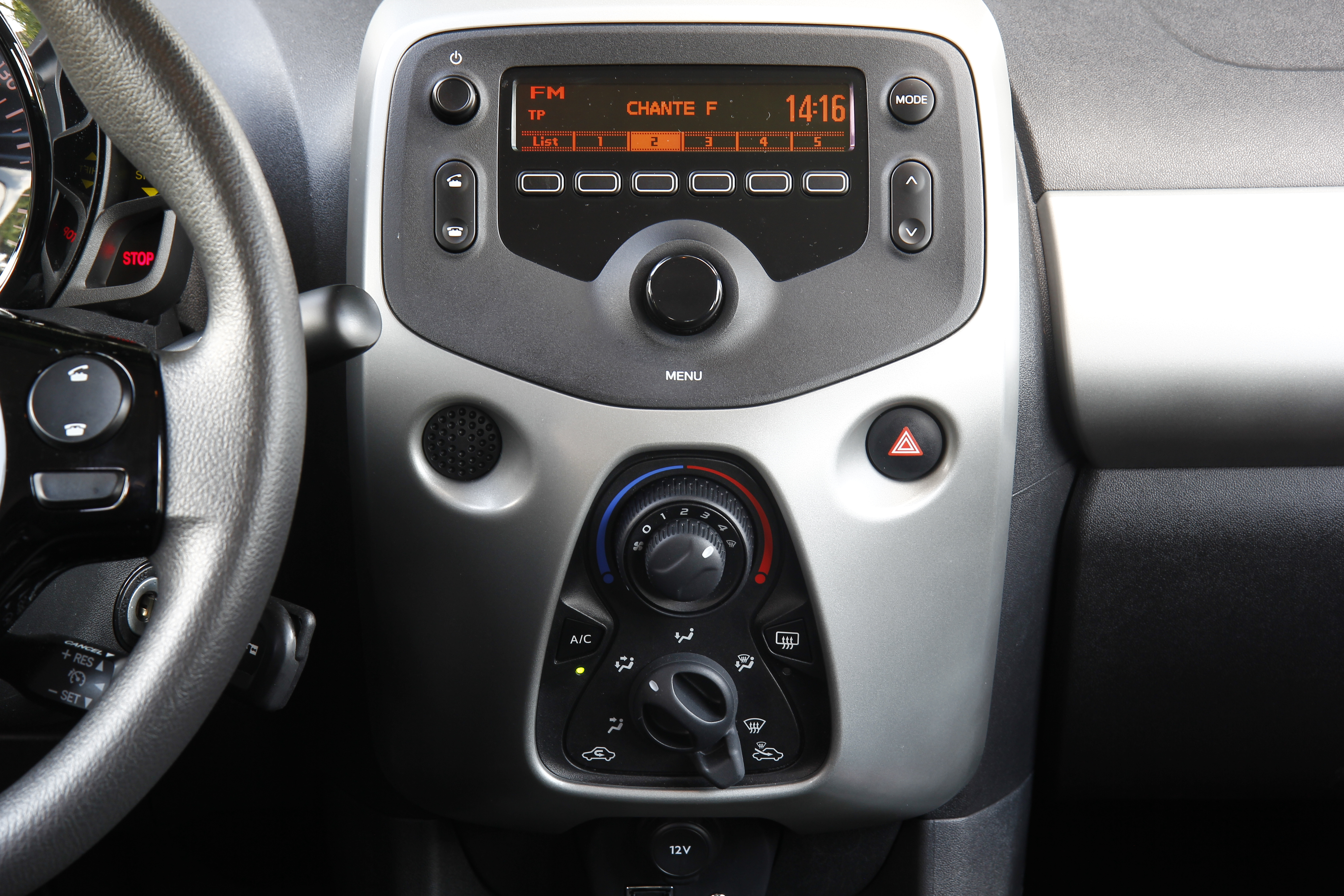 A l 39 int rieur de la peugeot 108 for Photo en interieur