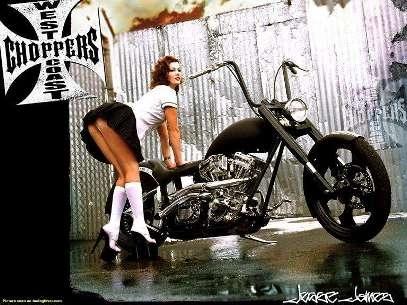 Moto & Sexy : mi-collégienne, mi-gothique