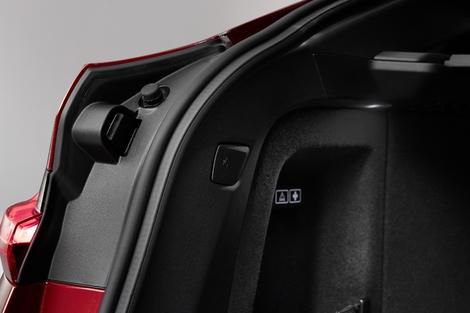 Le coffre passe de 500 à 525 litres, la banquette est rabattable via ces palettes dans le coffre.