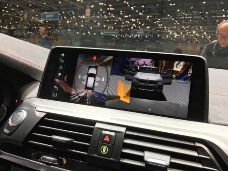 L'écran multimédia fait 10 pouces de diagonale. Il bénéficie de la fonction de contrôle de certaines fonctions par gestes, et il est désormais tactile aussi.