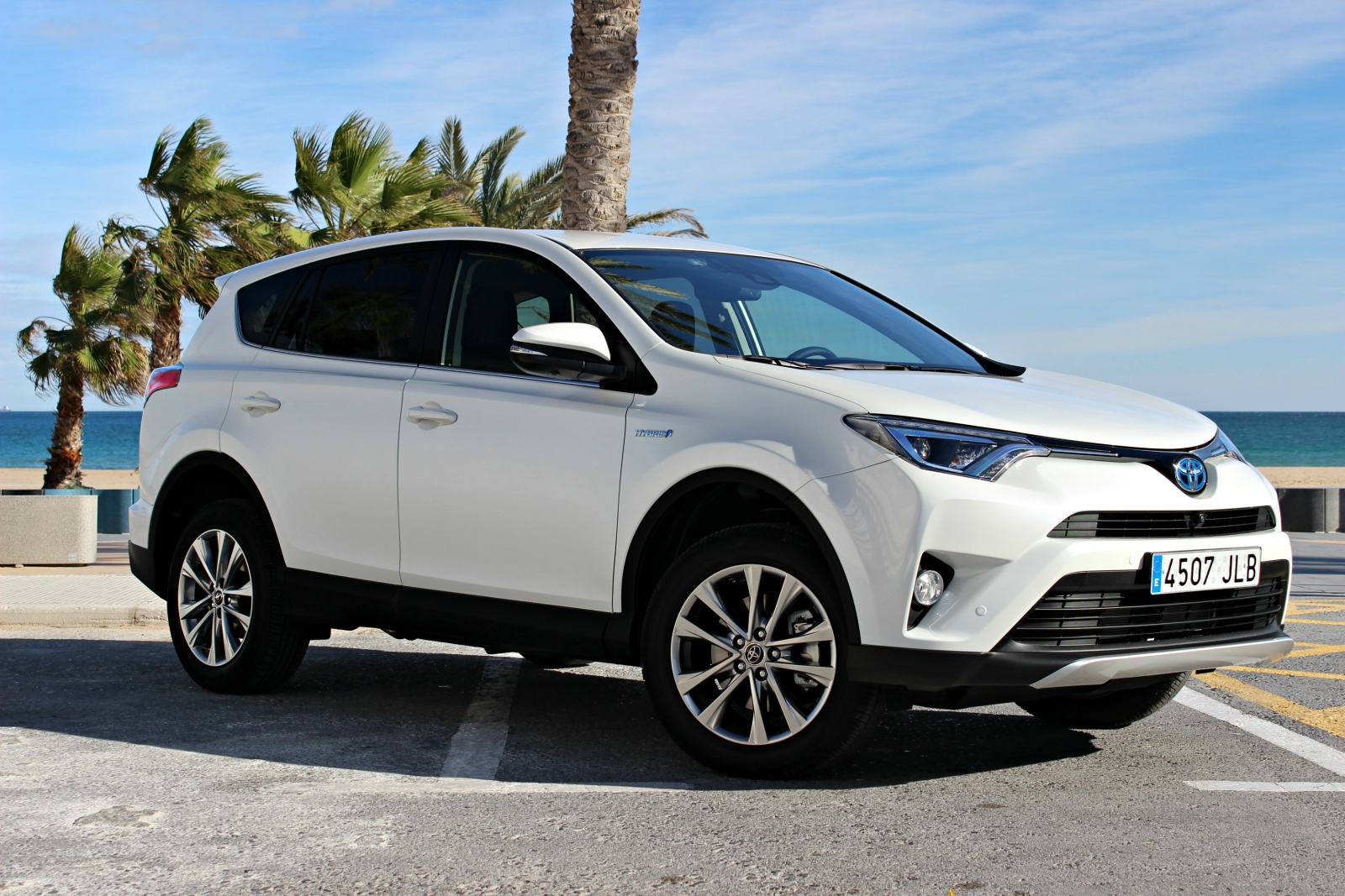 essai vid o toyota rav4 restyl l 39 hybride qui fait la diff rence. Black Bedroom Furniture Sets. Home Design Ideas