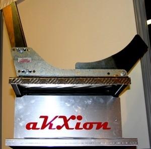 Vue au Salon Moto Légende : la béquille universelle « steadystand » par Akxion.