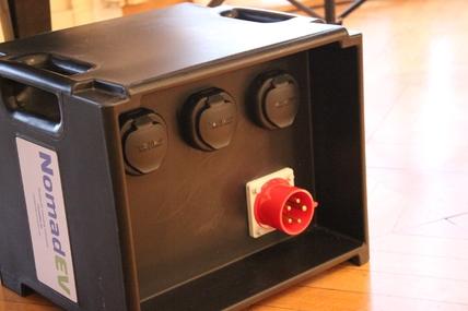 Les bornes de recharge nomades pour fournir 22 kW en tout, 7 kW à chacune de leurs trois prises si l'on brance plusieurs voitures.