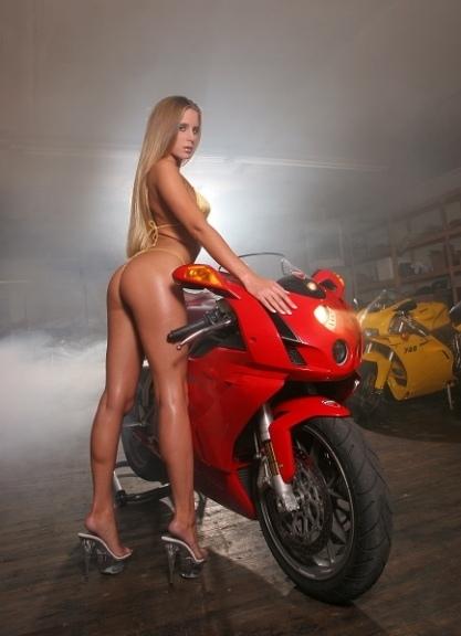 Moto & Sexy : deux pour une.