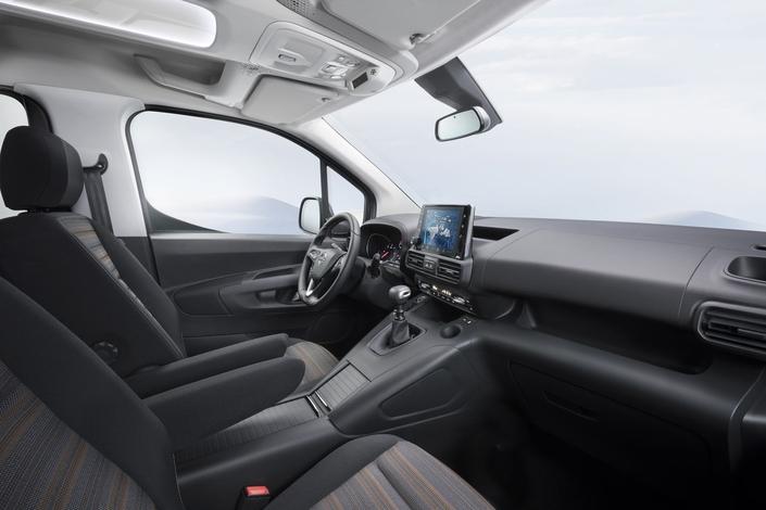 Il y a deux boîtes à gants, grâce à l'implantation de l'airbag passager dans le toit.