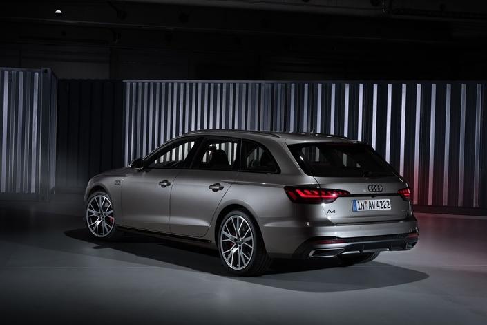 Pour que l'A4 ressemble davantage au reste de la gamme, Audi est allé jusqu'à redessiner les flancs.