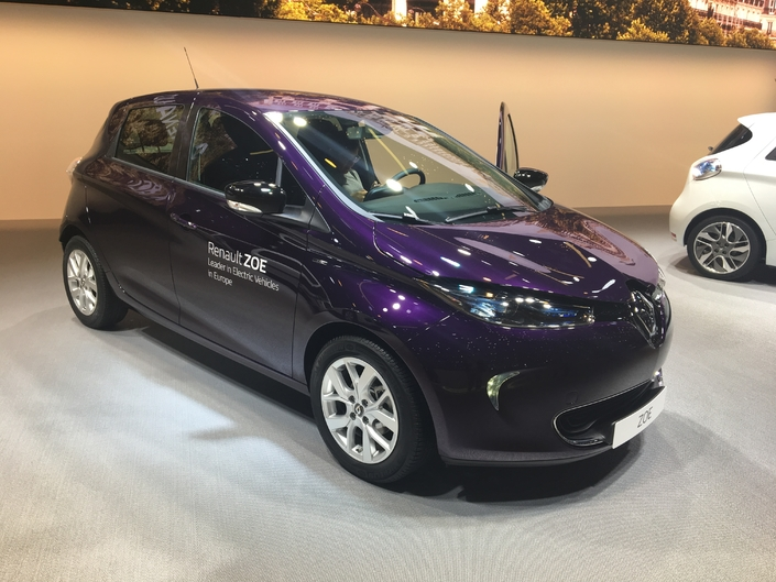 renault zoe 80 kw charg e bloc en direct du salon de gen ve 2018. Black Bedroom Furniture Sets. Home Design Ideas