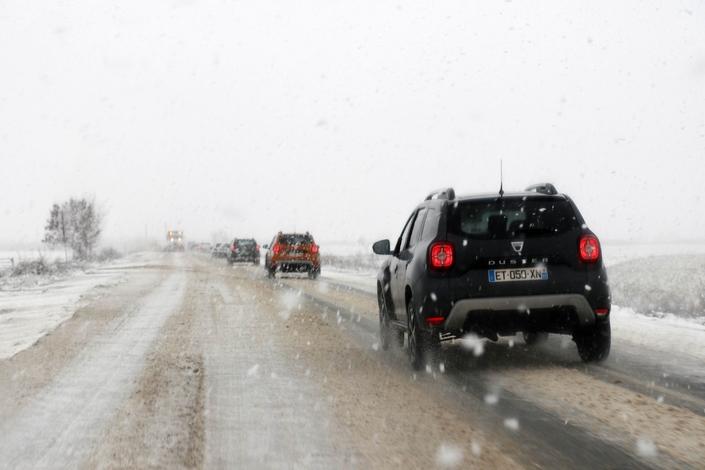 Chasse-neige en action d'un côté, convoi de Dacia de l'autre. Béni soit l'inventeur des pneus hiver.