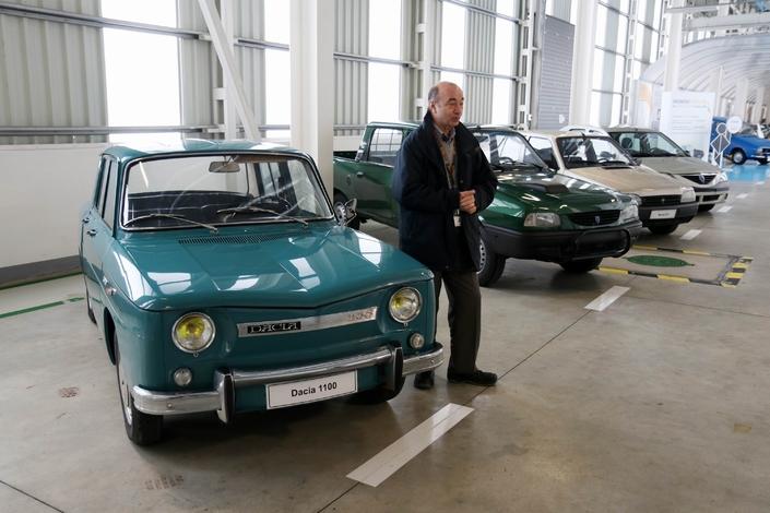 Doru Coman, Directeur de l'ingénierie Dacia, devant une 1100 en état neuf. Lancée en1968, cette soeur jumelle de la Renault 8 sera la première concrétisation des accords signés avec Renault deux ans plus tôt.