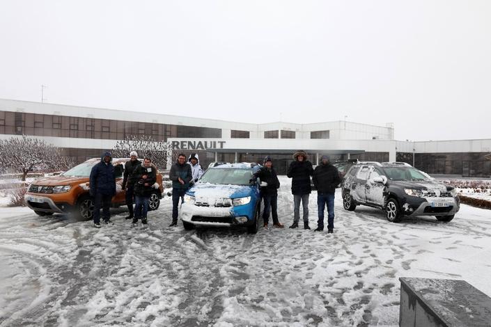 L'équipe Caradisiac au complet devant l'entrée du centre technique de Titu, à plus de 2 500 km de Paris. L'accueil y sera plus chaleureux que les conditions météo, proprement dantesques ce jour là.