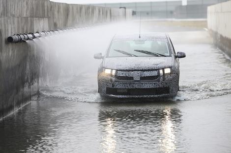 Une Sandero en plein test à Titu. Des flaques de ce type apparaissent sur les routes roumaines en cas de forte pluie.