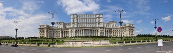 L'incroyable Palais du parlement de Bucarest, large de 270 mètres (!) et à côté duquel notre Palais Bourbon tient du cabanon.