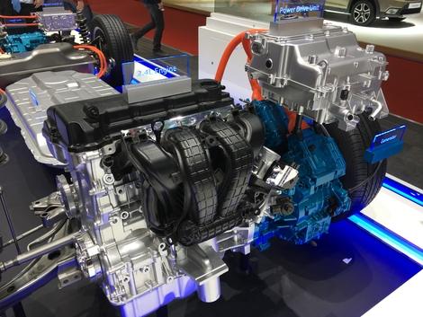 Le moteur thermique de l'Outlander passe d'un 2.0 à un 2.4, mais améliore performances et consommation. Ils ont dopé la bête !