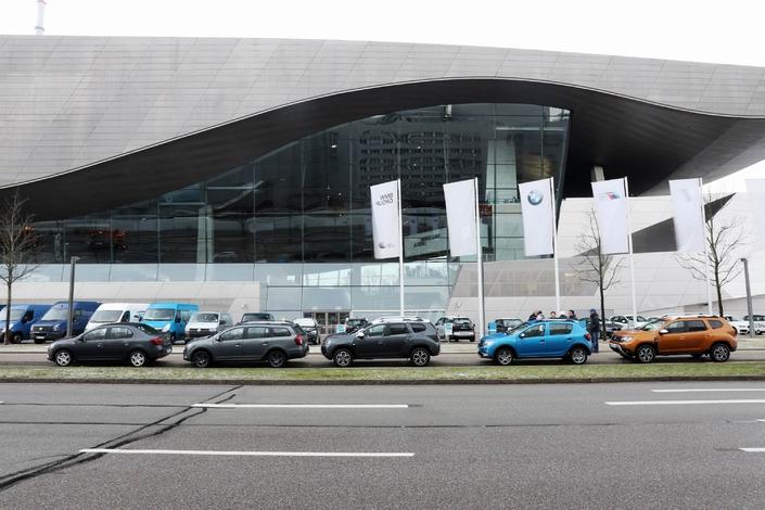 Nos 5 Daca prennent la pose à côté du BMW Welt à Munich.
