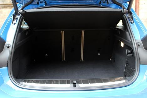 Le coffre offre un volume de 470 litres.