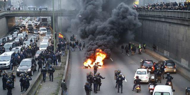 Pneus enflammés sur le périphérique parisien, ce matin (photo AFP).