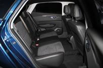 Les places arrière sont spacieuses, sans plus, le passager du milieu sera moins bien loti que sur les côtés.