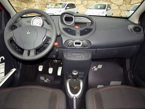 Essai vid o renault twingo rs efficace et accessible for Interieur twingo 2