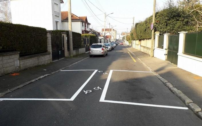 Champigny: deux places de stationnement font débat et rire