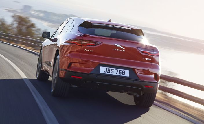 La forme des feux fait le lien avec les autres SUV de Jaguar.