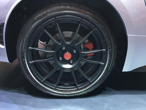 Les nouvelles jantes OZ permettent de gagner 3 kg par roue, et c'est une bonne nouvelle pour l'agilité de la voiture.