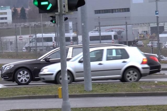 La nouvelle limousine Mercedes-Maybach S600 donne des complexes à une Volkswagen Golf