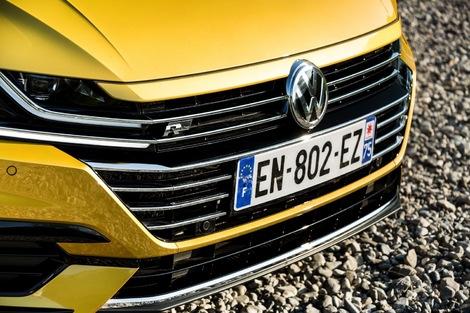 L'Arteon a apporté un coup de frais au style VW, avec cette grande calandre qui fait corps avec les optiques. Un pack R-Line apporte du muscle à la ligne.