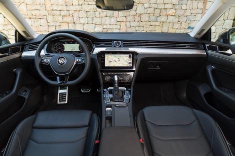 L'Arteon est nettement plus classique… et prend un coup de vieux quand on voit les planches de bord des dernières nouveautés de Volkswagen.