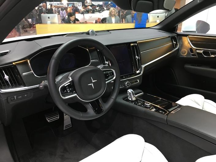 La planche de bord est tout simplement celle que l'on pourrait retrouver dans une Volvo. Jusque dans les moindres détails. Il y a pire inspiration, mais cela manque d'exclusivité. DS avait fait de même avec la DS3 et la DS4, nous l'avions déjà critiqué.