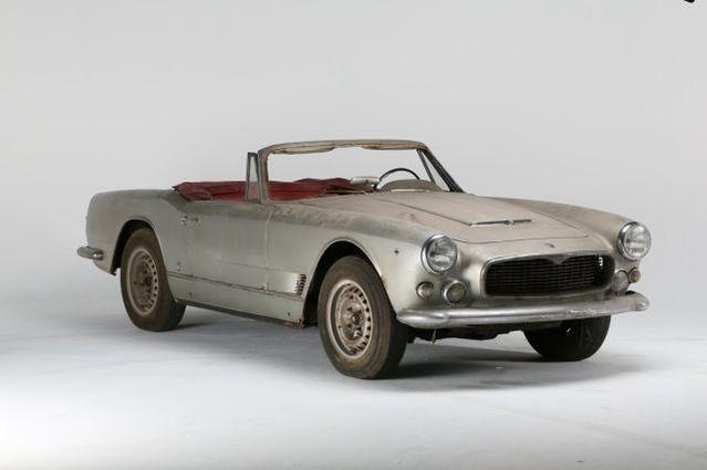 """548 320 EUROS POUR UNE MASERATI A L'ETAT D'EPAVE - Cette Maserati 3500 GT Vignale Spyder """" Capot Long """" de 1960 (produite avec un hard-top à seulement 40 exemplaires) est une épave, dans un état """"sortie de grange"""". Elle est recouverte de poussière, son pare-brise est cassé. Elle s'est envolée à 470 000 €;"""