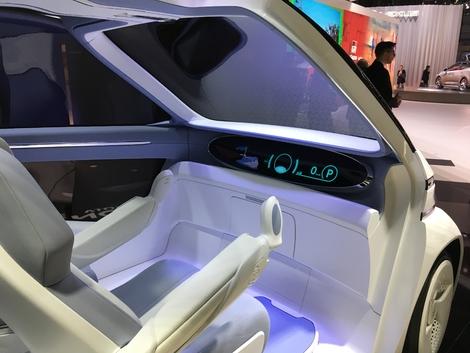 """Le concept de joysticks pour contrôler la voiture, ce qui permet aux handicapés moteurs, gardant l'usage de leurs mains, de le """"piloter""""."""